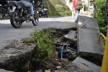 Falla de borde preocupa a vecinos  de calle Real de La Mata
