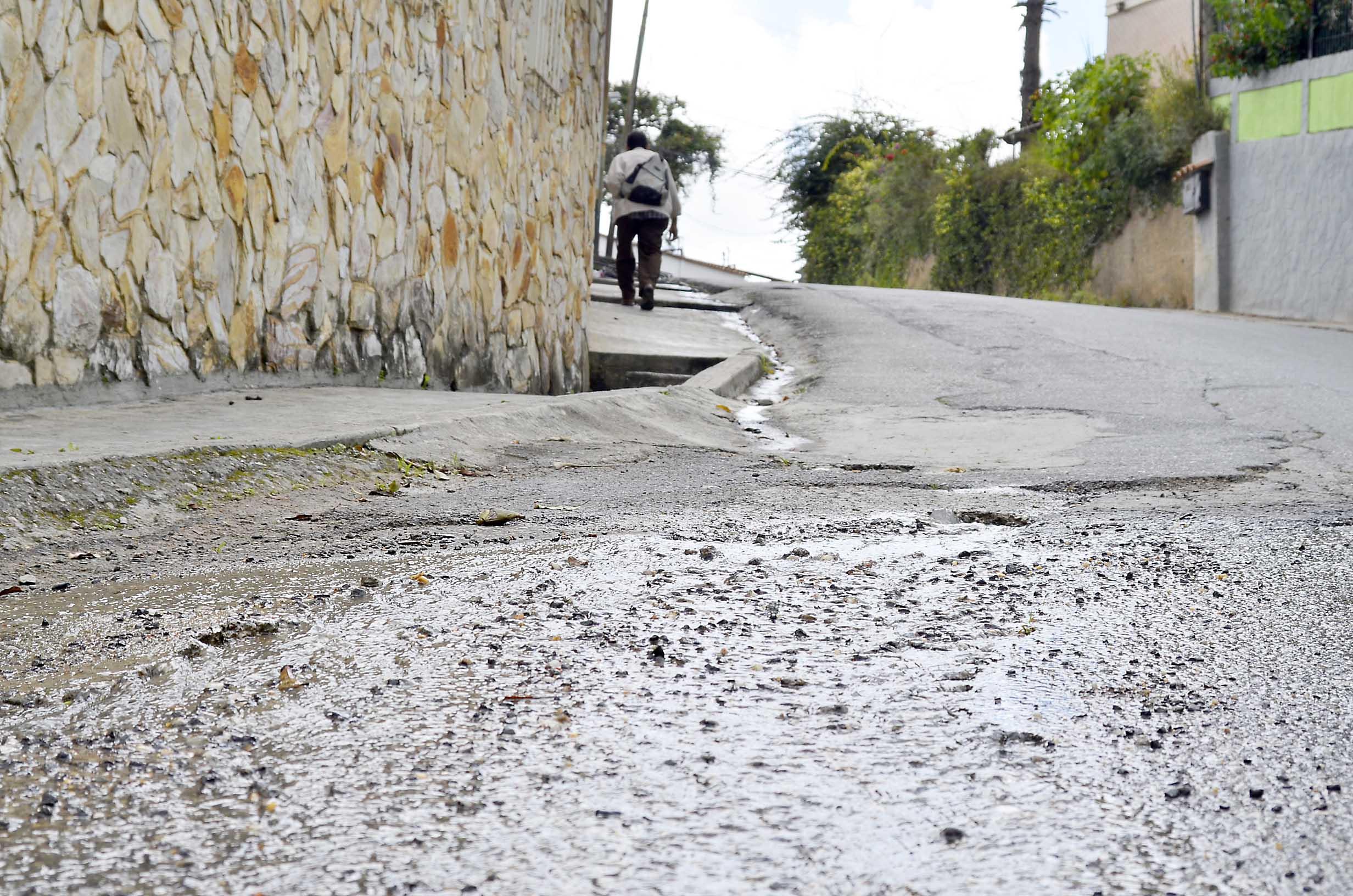 Masiva pérdida de agua en Macarena Sur