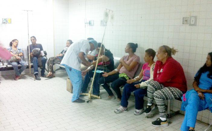 Pacientes de la emergencia del HVS son atendidos en sillas