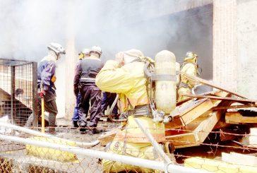 Incendio destruyó depósito de Full Flores