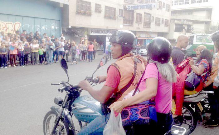 Mototaxistas trasladan gratis  a usuarios de líneas de buses