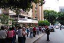 Largas colas de jubilados en agencias bancarias