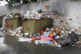 Abarrotados de basura lucen contenedores de La Macarena