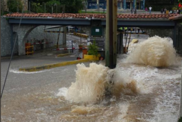 Rotura de tubo de agua inundó la perimetral de San Antonio