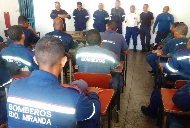 Bomberos preparan equipo  de rescatistas en aguas abiertas