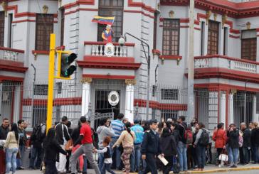 Venezolanos hacen cola frente a la embajada en Perú para regresar al país