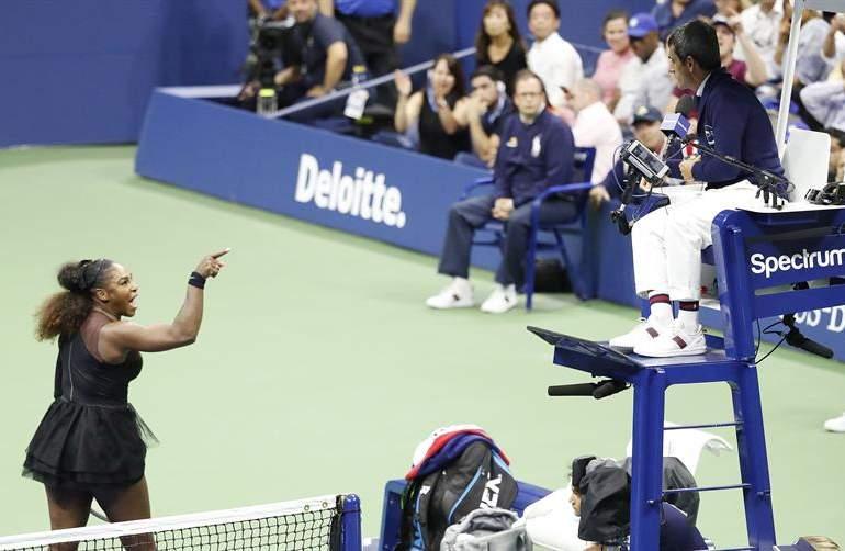 """Serena Williams acusa al árbitro de """"ladrón"""", pierde el control y el título"""